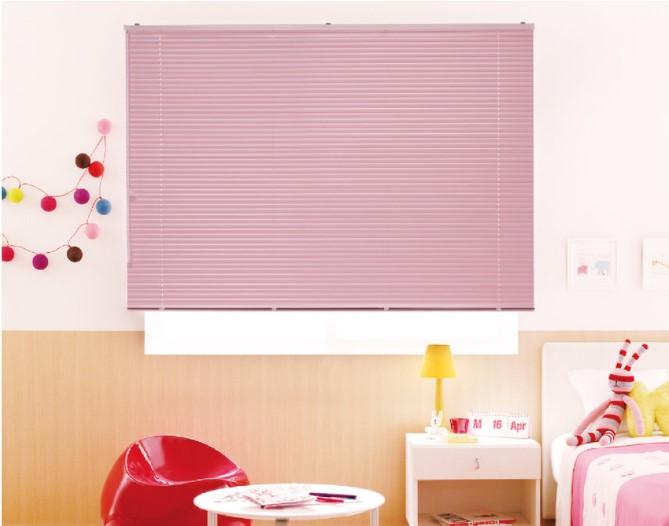 海外風 子供部屋の窓におすすめブラインド おしゃれなコーディネート例 使用上の注意点 ラグ カーペット通販 びっくりカーペット
